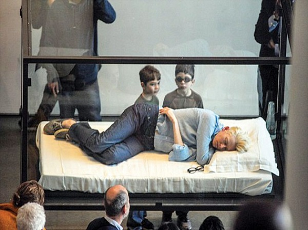 oscar-winner-tilda-swinton-sleeps-in-glass-box-at-museum-1364148161-1117