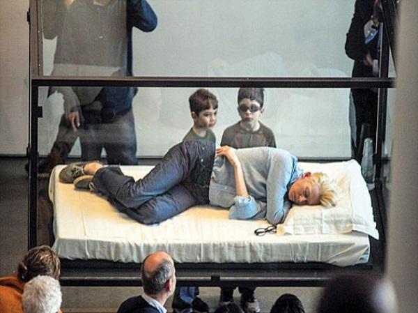 Tilda Swinton Sleeps in a Box – The Art Circus